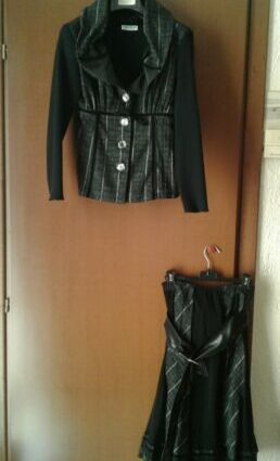 tailleur nero con gonna e giacca